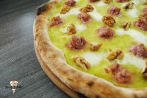 Pizza-crema-di-zucchine-salsiccia-noci
