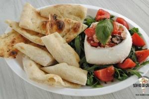 mozzarella,-pomodorini-olive-con-focaccia