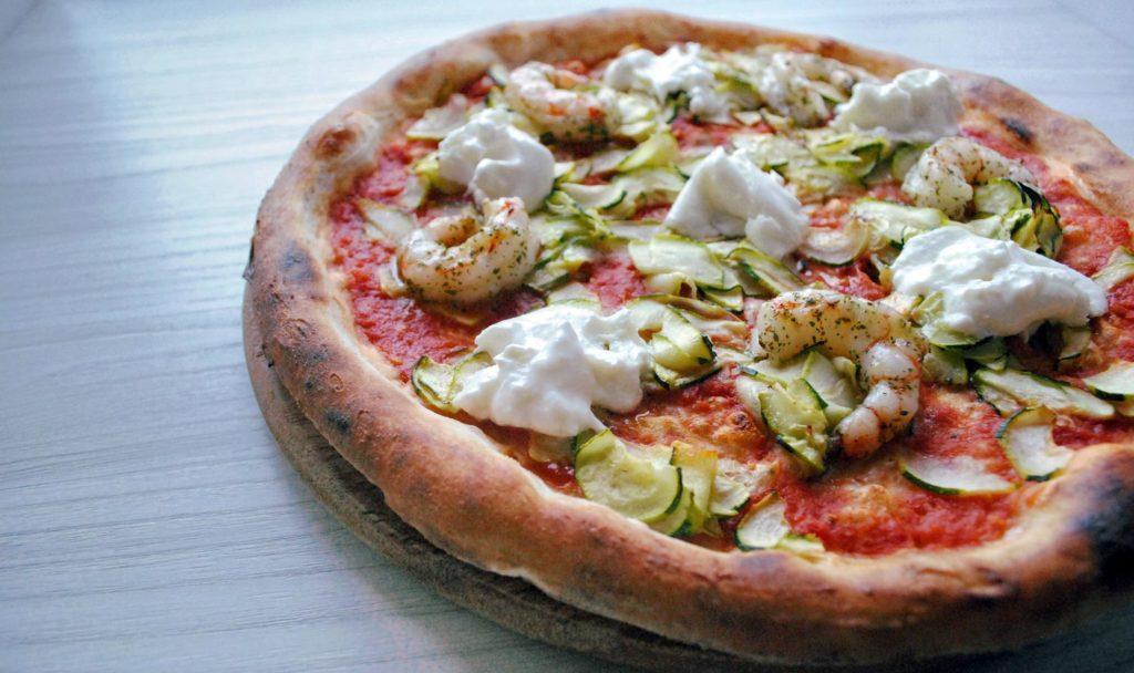 LA PIZZA CHE CI RAPPRESENTA... SOFFIO DI GRANO: pomodoro pelato san marzano, zucchine fresche al forno, burrata di bufala d.o.p., gamberoni argentini.